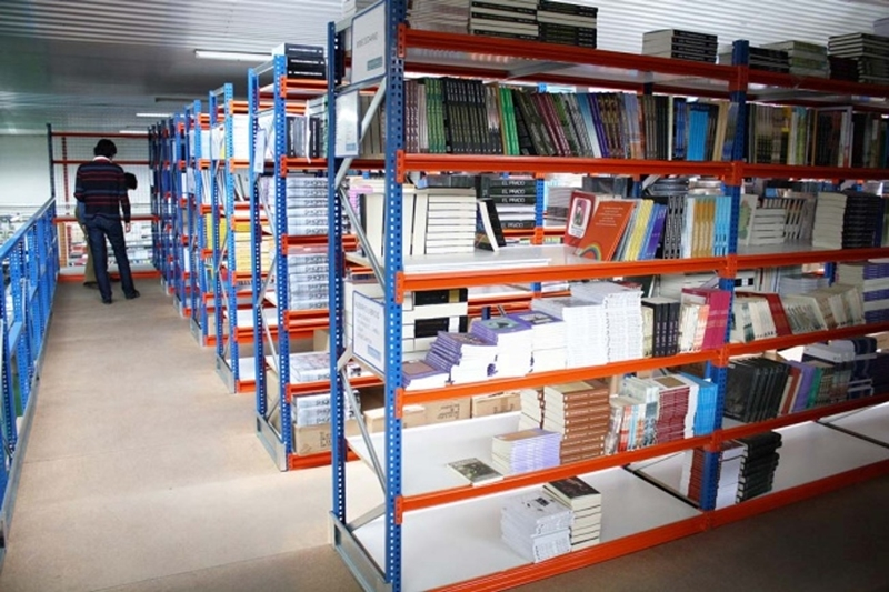 Regał półkowy o dużej rozpiętości w bibliotece